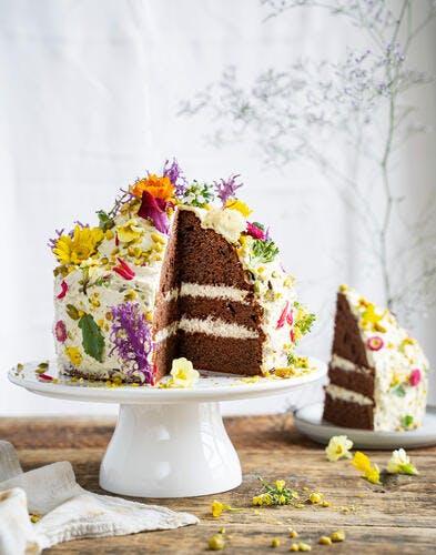 Layer cake chocolat-pistache et fleurs
