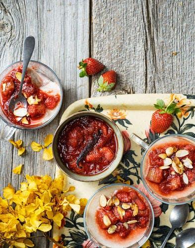 Pannacotta au lait d'amande, compotée de rhubarbe et fraise