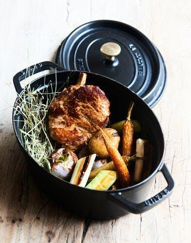 Côte de veau et légumes rôtis fumés au foin