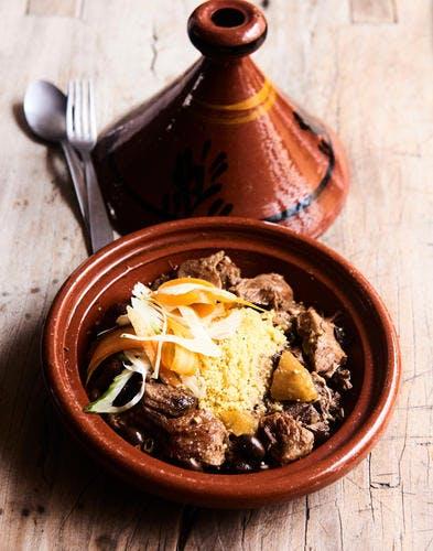 Tajine de veau, citron confit et olives, semoule au ras el-hanout