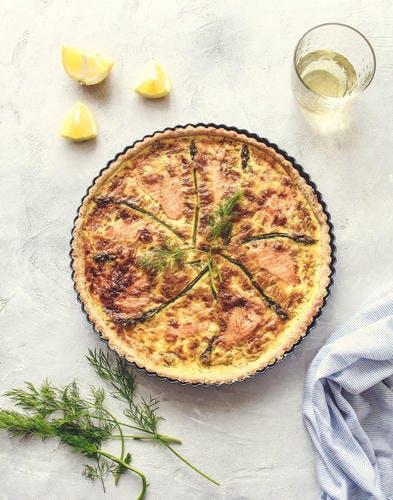 Quiche au saumon, crevettes citronnées et asperges