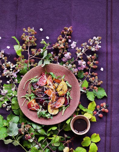 Salade de figues et betteraves rôties au miel, vinaigre de cassis et mûres