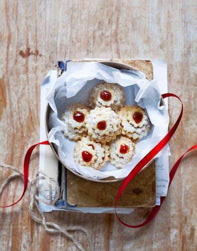 Biscuits au beurre et gelée de groseille