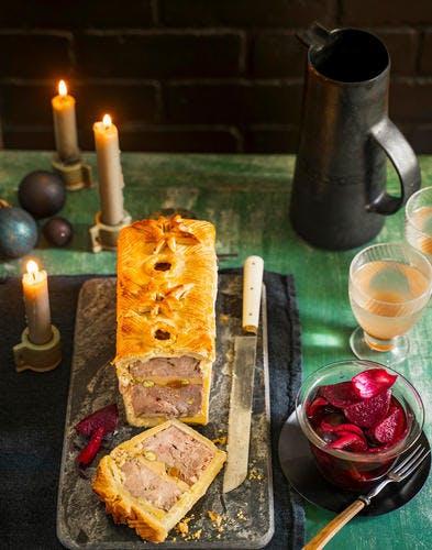 Pâté en croûte, farce canard et foie gras, pistaches et abricots secs