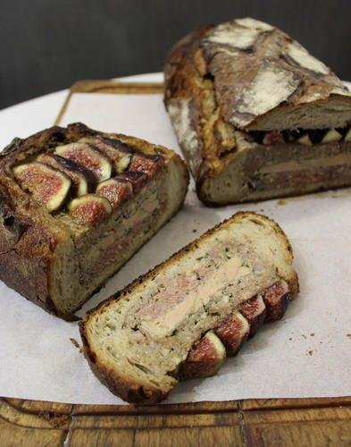 Pâté en croûte de pain, foie gras et figues