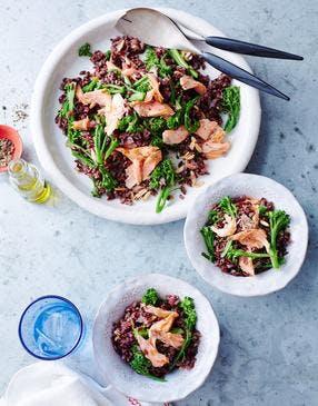 Salade de riz noir, brocolis et saumon