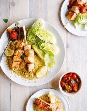 Brochettes de saumon, semoule, compotée poivron-tomate