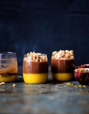 Crème praliné, curd passion et streusel coco