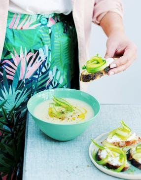 Soupe froide d'asperges blanches à la ricotta et crostinis d'asperges vertes