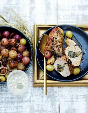 Rôtis de filets mignons farcis aux cèpes, poêlée de raisins et châtaignes