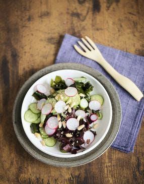 Salade croquante de dulse et wakamé, concombre et radis