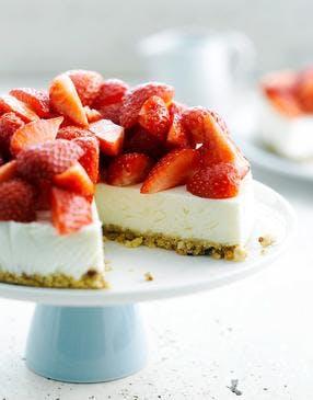 Cheesecake facile aux fraises, pistaches et fromage blanc sans cuisson