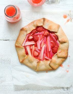 Tarte rustique vegan fraise-rhubarbe