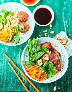 Salade de vermicelles de riz et boulettes de porc haché (bun cha)