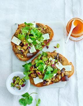 Tartines aubergine, miel et feta