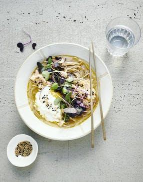 Bouillon miso à la citronnelle, nouilles soba, oeuf poché et saumon