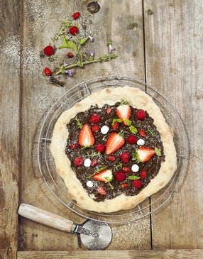 Pizza au chocolat, fraises et framboises