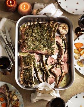 Coffre d'agneau aux herbes et légumes de saison rôtis au four