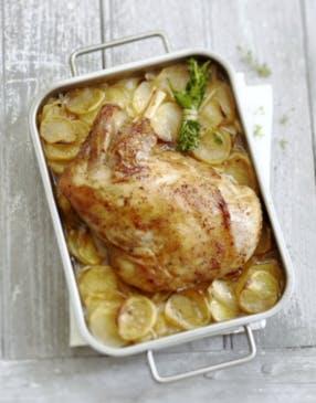 Epaule d'agneau confite au four sur lit de pommes de terre
