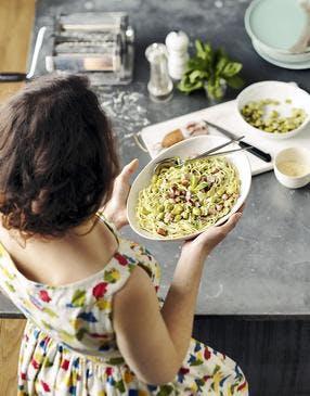 Tagliolini vertes et jaunes aux fèves fraîches