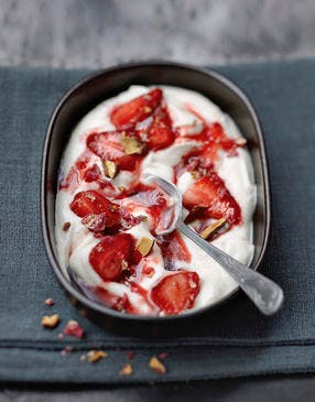 Yaourt à la compotée tiède de fraises