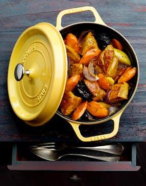 Cocotte de veau aux carottes et aux pruneaux