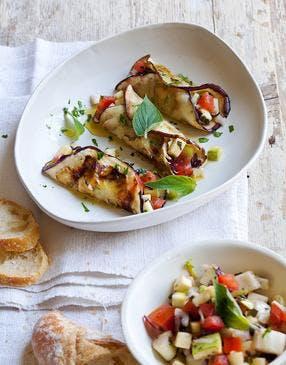 Roulés d'aubergines et salade de légumes croquants