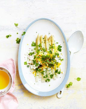 Asperges blanches à l'œuf mimosa et au persil