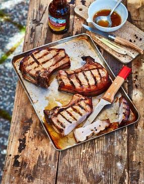Côtes de cochon à la bière et à la citronnelle