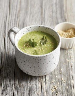 Soupe froide de petits pois au wasabi et graines de sésame