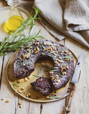 Gâteau sans gluten au chocolat, huile d'olive, pignons et romarin
