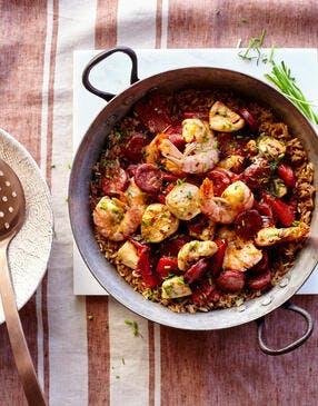 Paella aux gambas, poulet et chorizo
