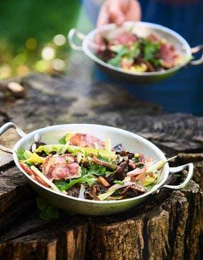 Salade de pissenlit, pancetta et légumes, vinaigrette au miso