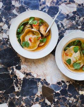 Bouillon thaï et ravioles de crevettes