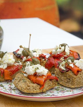 Tartines grecques aux poivrons grillés, câpres et feta