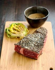 Steak en croûte d'herbes et sauce au poivre