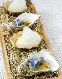 Huîtres en gelée au yuzu et fumées au foin
