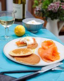 Pancake, truite fumée, crème fouettée à l'orange