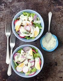 salade de laitue aux radis, oeufs et sauce au yaourt