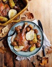 Confit de canard aux châtaignes, poires et pommes de terre