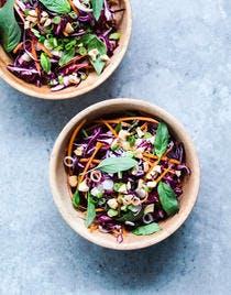 Salade asiatique au chou rouge, carottes, noix de cajou et basilic