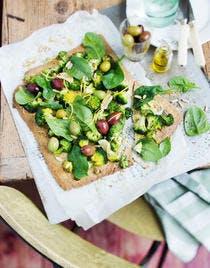 Tarte au brocoli, pousses d'épinards et olives