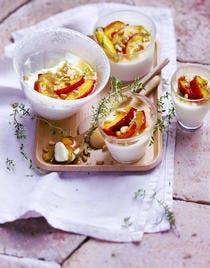 Pannacottas aux brugnons rôtis au miel de thym