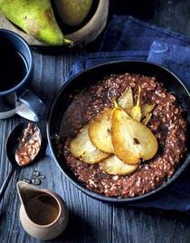Porridge au chocolat, poire rôtie et gingembre frais