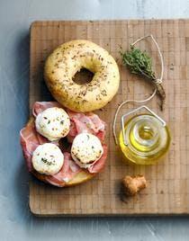 Bagel au fromage de chèvre et jambon
