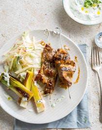Brochettes de porc, salade de fenouil et poireaux grillés