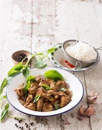 Poulet sauté à l'ail, au poivre et basilic thaï