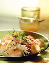 Saint-Jacques poêlées sur lit de choucroute de fenouil, sauce aux agrumes