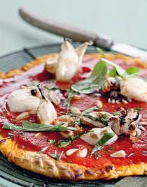 Pizza rouge aux seiches et à l'oseille