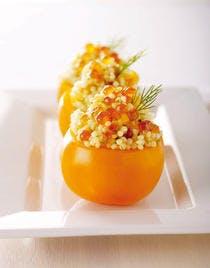 Tomates orange farcies d'une salade de perles scandinaves